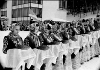 Встреча спортсменов на открытии соревнований двоеборцев. 80-е гг.