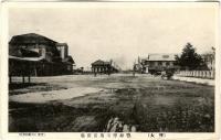 Вид на привокзальную площадь. Слева вокзал.