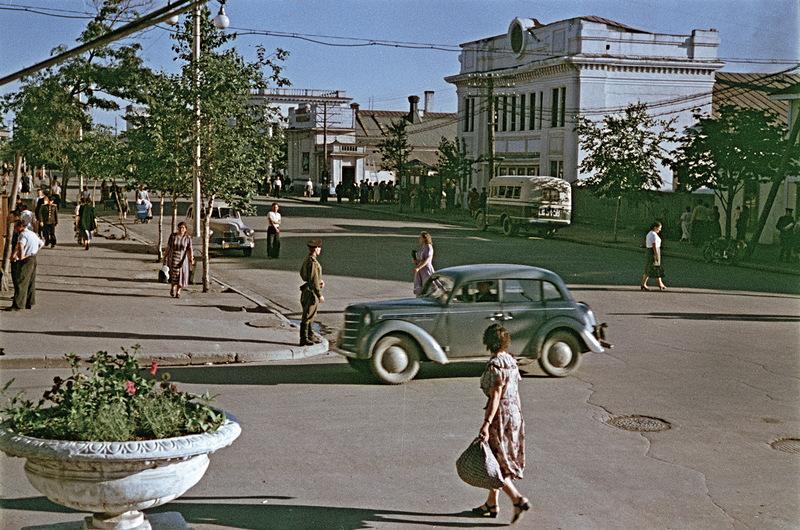На улице Ленина. Вид на кинотеатр Совкино.