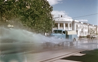 Поливочная машина на улице Ленина.