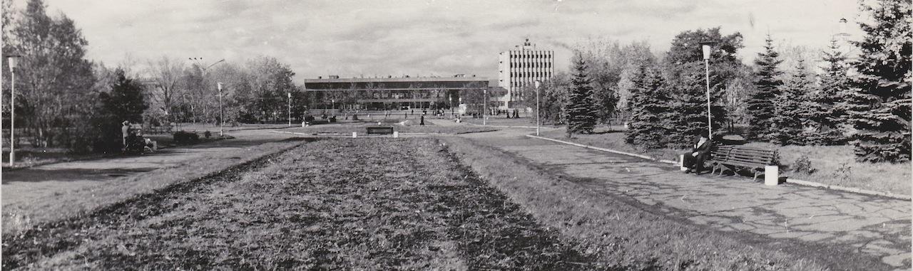 Вид на железнодорожный вокзал от памятника Ленину. Справа от вокзала высокое здание - гостиница