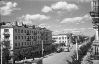 Улица Ленина. Вдали перекресток с улицей Сахалинской. Виднеется здание Современника.