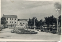 Театральная площадь. А за ней улица Ленина.
