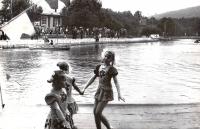 Дети на озере Верхнем в городском парке
