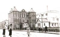 Здание напротив вокзала, рядом со сквером, где стоял памятник И.В. Сталину. Здание располагалось по улице Торговой.