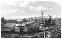 Рабочий момент строительства будущего здания МУДС