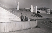 Стадион ДОСА, находился перед микрорайоном Черёмушки. Видна часть дома №155.