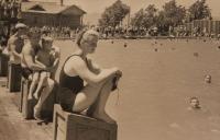 Открытый бассейн в городском парке культуры и отдыха.