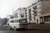 Автобус проезжающий мимо ресторана