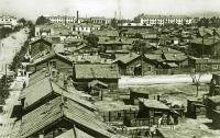 Японские кварталы. Справа пивнушка на Пекинской, за ней Первомайская, а беленькое здание Керосинка на углу Первомайской и Рыбной.