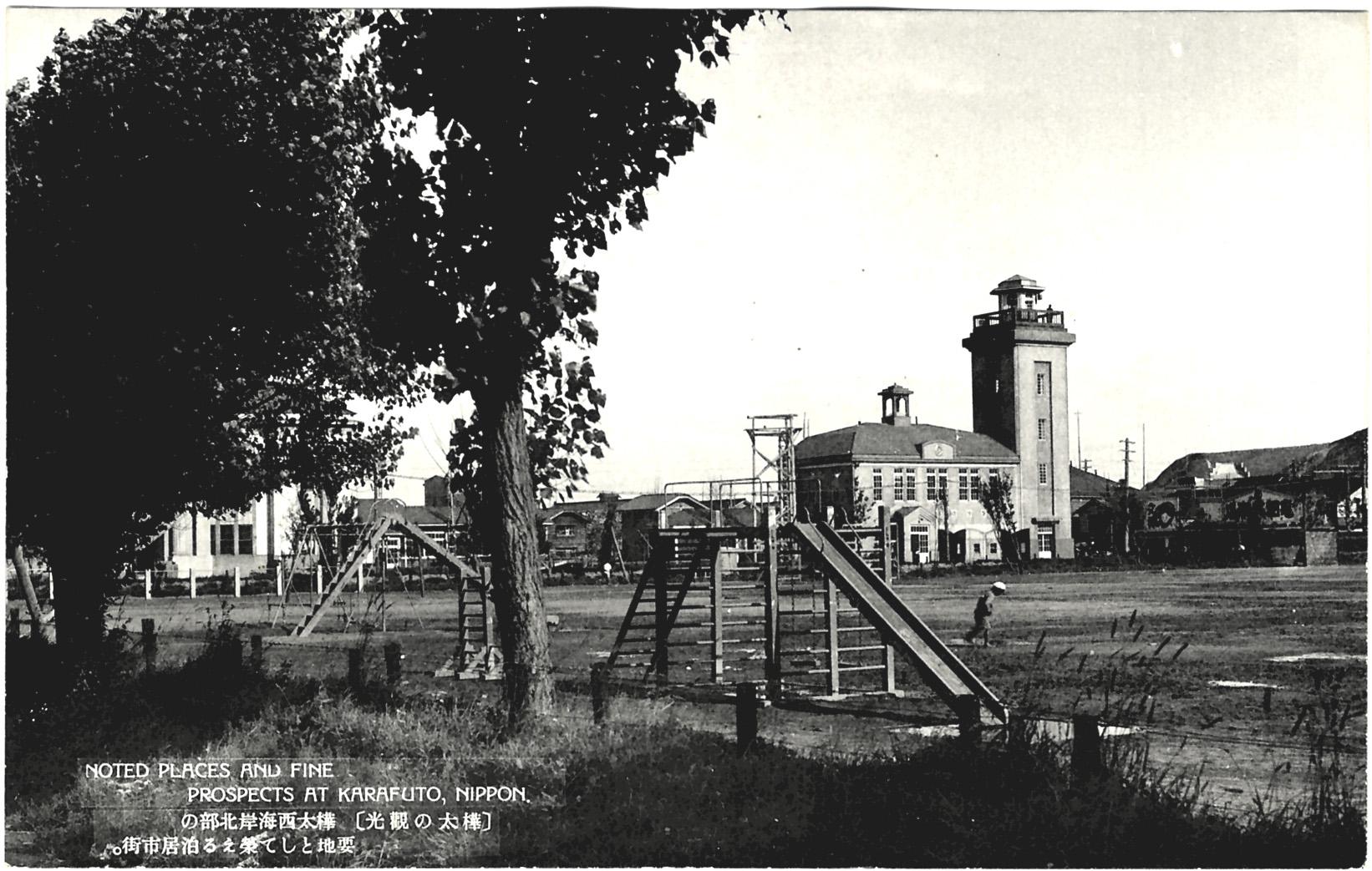 Центр города Томариору, спортивная площадка начальной школы, в центре здание пожарной команды.