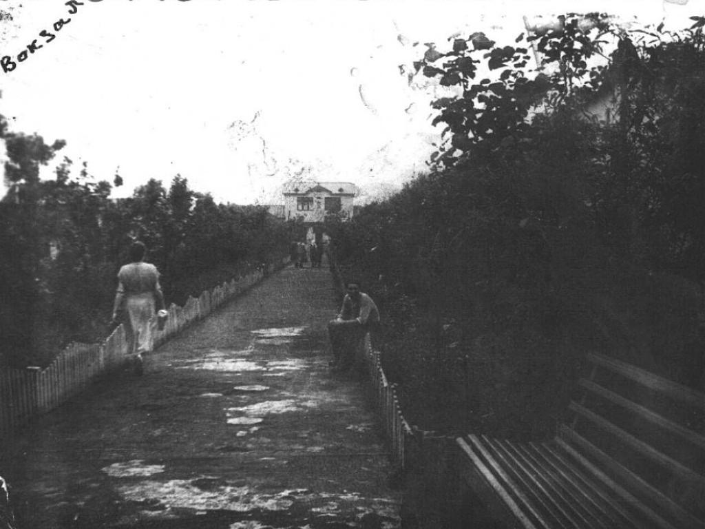 Аллея до старого железнодорожного вокзала в г. Поронайск. С правой стороны Дымовская в/ч.