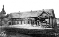 Первый сахалинский музей был открыт в посту Александровском в 1896 году. Трудами немногочисленной интеллигенции, администрации сахалинской каторги в первом музее были собраны этнографические, археологические, геологические, ботанические, зоологические и другие коллекции.