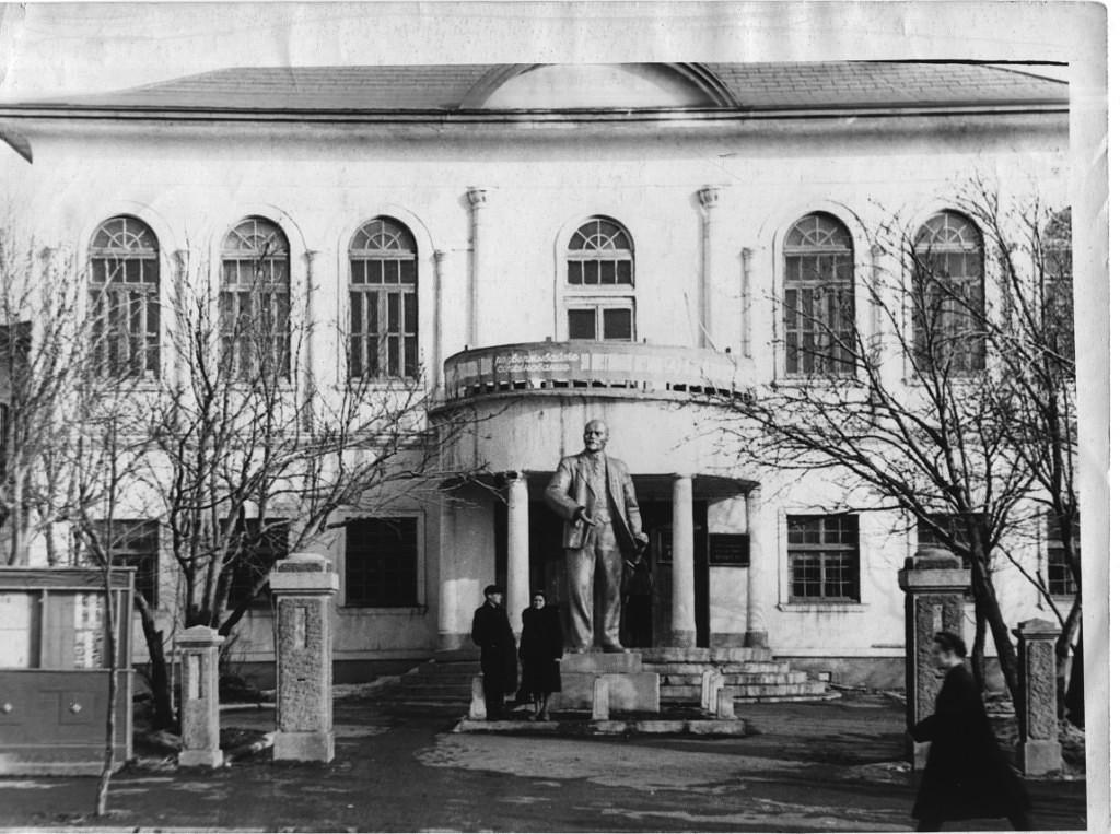 Памятник В.И. Ленину у горисполкома г. Корсаков