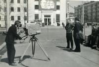 Съемочная группа ГТРК Сахалин на площади Ленина. На заднем фоне здание почтамта.