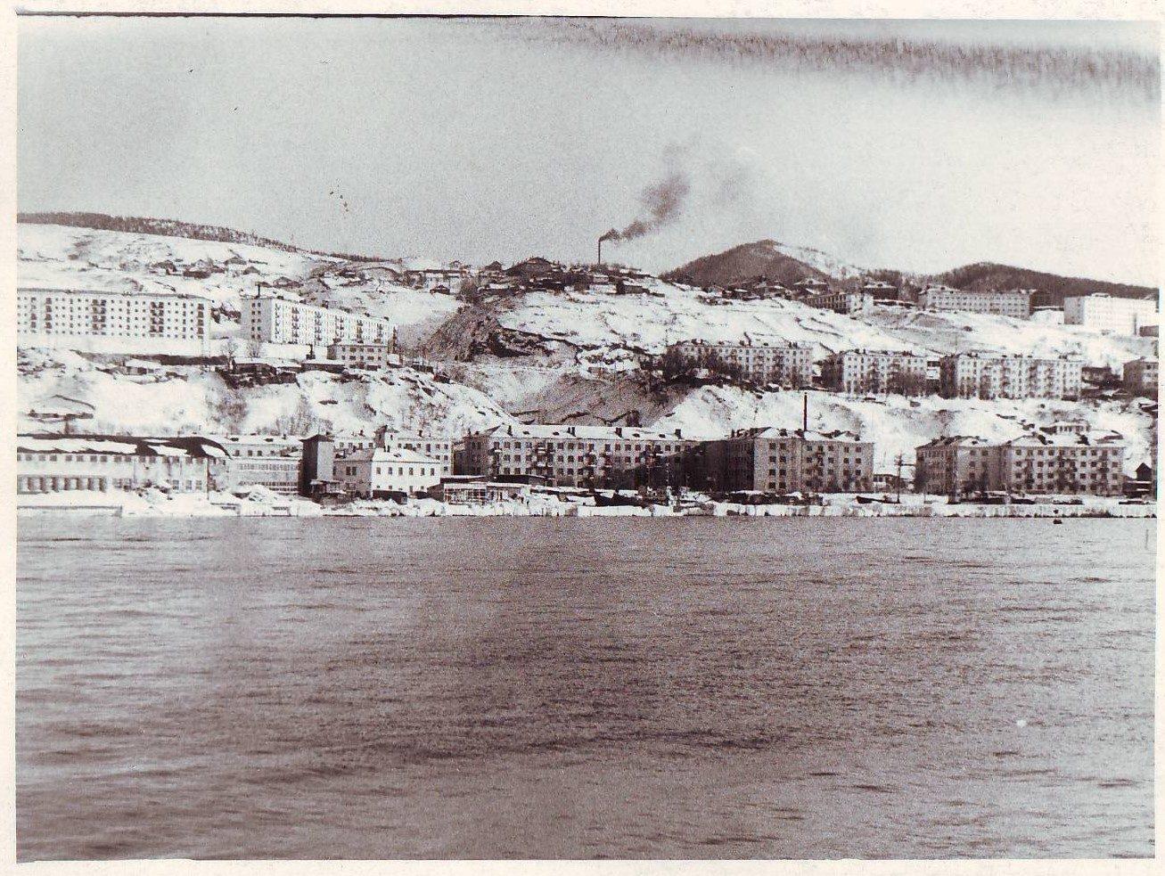 Фото с белого пирса. В левом углу лакабанка (Жестяно-баночная фабрика), правее пожарная часть, в правом углу площадь Мира.