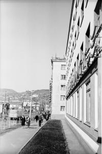 Улица Советская, справа фасад гостиницы Холмск, следующее здание Гастронома г. Холмск