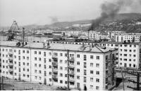 Вид на порт города Холмск, на переднем плане жилой дом №6 по улице Морской