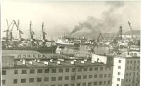 Вид на порт города Холмск, на переднем плане здание гостиницы