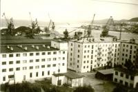 Вид на порт Холмска, на переднем плане гостиница