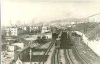 Вид на железнодорожные пути и здание вокзала в г. Холмск
