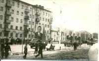 Праздничное шествие по улице Ленина. На заднем фоне жилой дом №242, в нем располагалось представительство