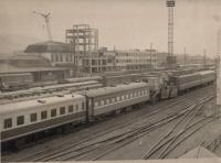 Строительство нового здания железнодорожного вокзала. Слева видно старое здание.