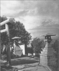 Фрагменты сооружений перед лестницей, ведущей к синтоистскому храму Маока дзинзя.