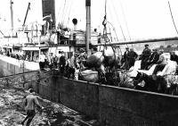 Советские переселенцы в Холмском порту