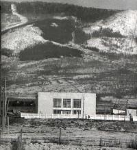 Дом Радио на фоне горы Большевик. Ни застройки, ни дачных участков, которые позднее придут на смену огородам.