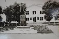 Здание горисполкома и памятник В.И. Ленина г. Невельска