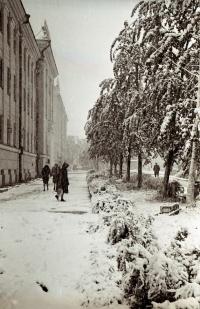 Тротуар Коммунистического проспекта зимой. Слева здание Главпочтамта
