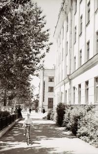 Тротуар Коммунистического проспекта, справа нынешнее здание РЖД, вдали здание главпочтамта.