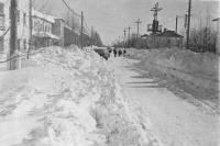 Справа д/с Гагарин, слева жилой дом и аптека с поликлиникой, дальше первая школа виднеется. Улица Ленина в Аниве.