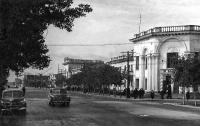 Улица Ленина, рыбный магазин перед кинотеатром Совкино. Снято со стороны типографии Советский Сахалин