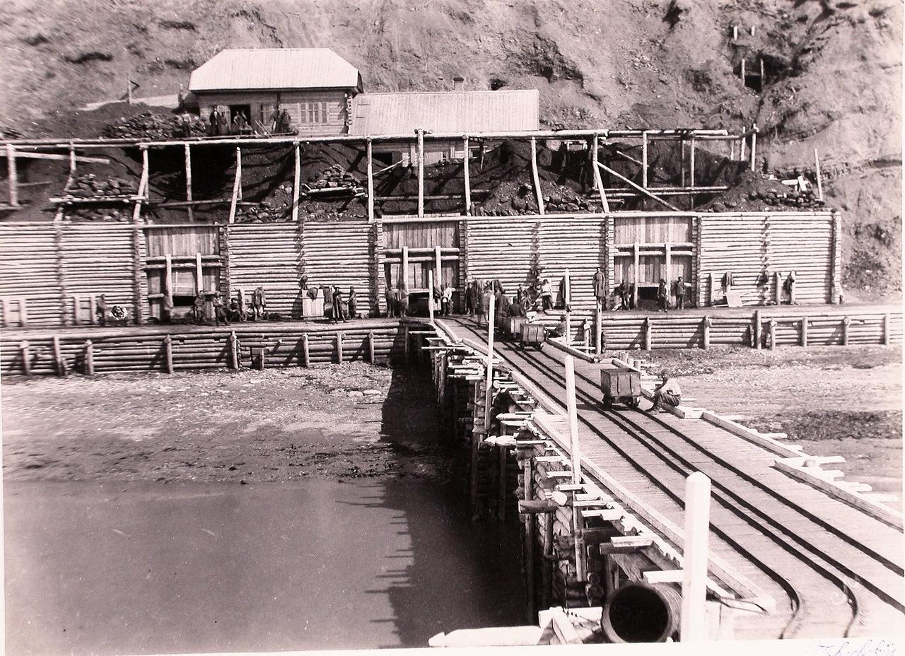 Вид новых угольных складов и части морской пристани общества «Сахалин».