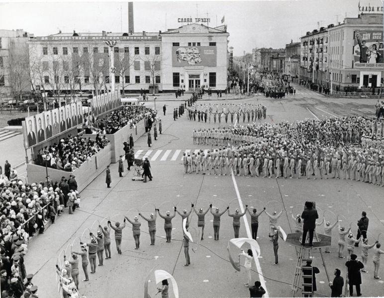 Парад физкультурников на площади им. В.И. Ленина во время первомайской демонстрации.