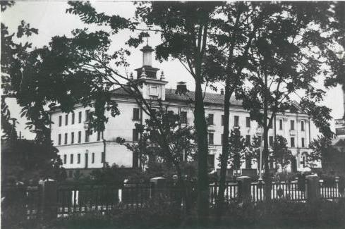 Открытка. Здание гостиницы у городского железнодорожного вокзала.