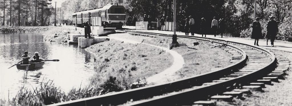 Детская железная дорога в городском парке.