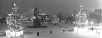 Площадь Ленина с новогодними елками в вечернее время. г. Южно-Сахалинск.