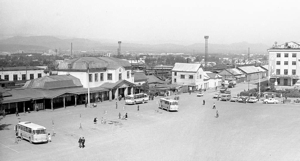 Привокзальная площадь. Старое здание железнодорожного вокзала.