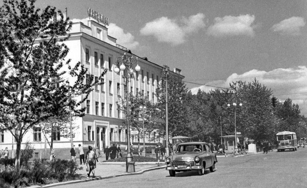 Здание управления Сахалинского отделения ДВ железной дороги. Год съемки приблизителен.