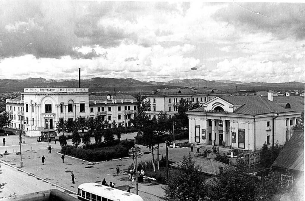Вид кинотеатра Комсомолец в г. Южно-Сахалинске.