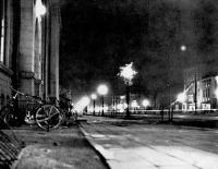 Вид г. Тоехара ночью. По левую сторону находится банк