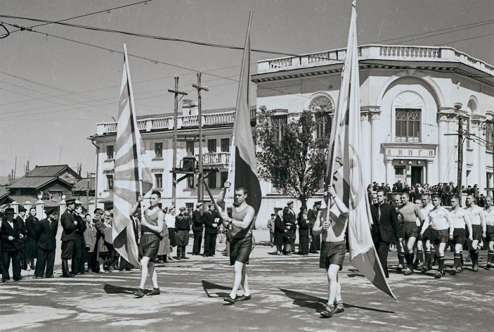 Команды спортсменов на праздничном шествии по улицам города. Южно-Сахалинск. Июнь 1956 года