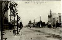 Городской пейзаж г. Тоехара. Вид от здания Почты на улицу Оо-дори. Вдали виден Хоккайдо Такусеку банк и полицейское управление.
