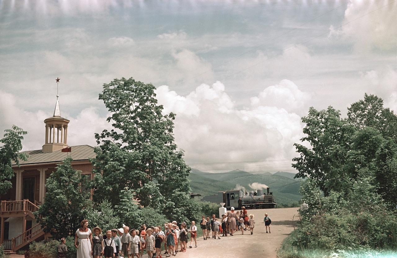 Серия снимков. Детская железная дорога в городском парке КиО г. Южно-Сахалинска