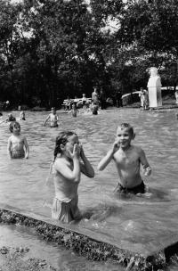 Дети в детском бассейне городского парка