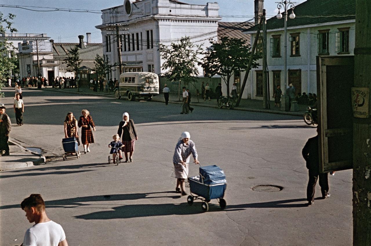 Девочка на трехколёсном велосипеде (Номер автобуса СШ 51-58. Слева на фото - кинотеатр Совкино.
