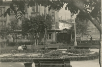 Сквер перед театром. Слева японское здание, в котором располагалось УВД. Уже не существующая ул. Первомайская
